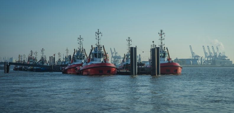 Towing boats in the harbor of Hamburg_shutterstock_1562614105