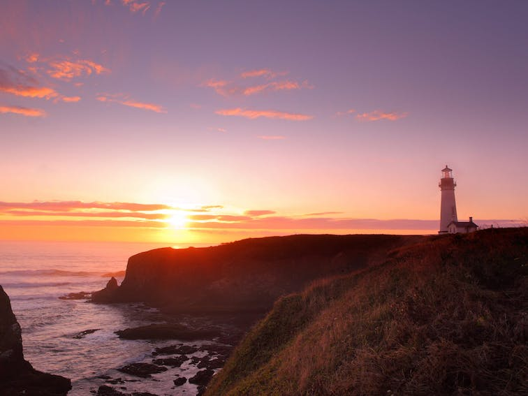 Yaquina Head Lighthouse and Pacific Ocean at sunset_shutterstock_87804373